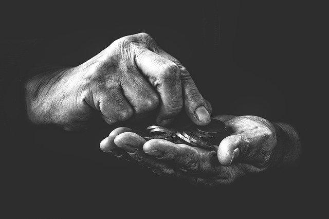 manos contando monedas, costo de un juicio
