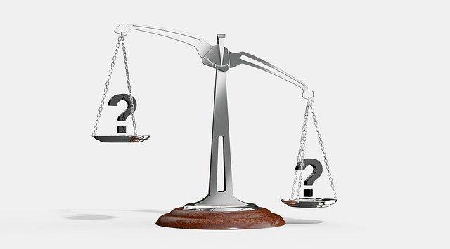 balanza con signos de interrogación, denegación de justicia