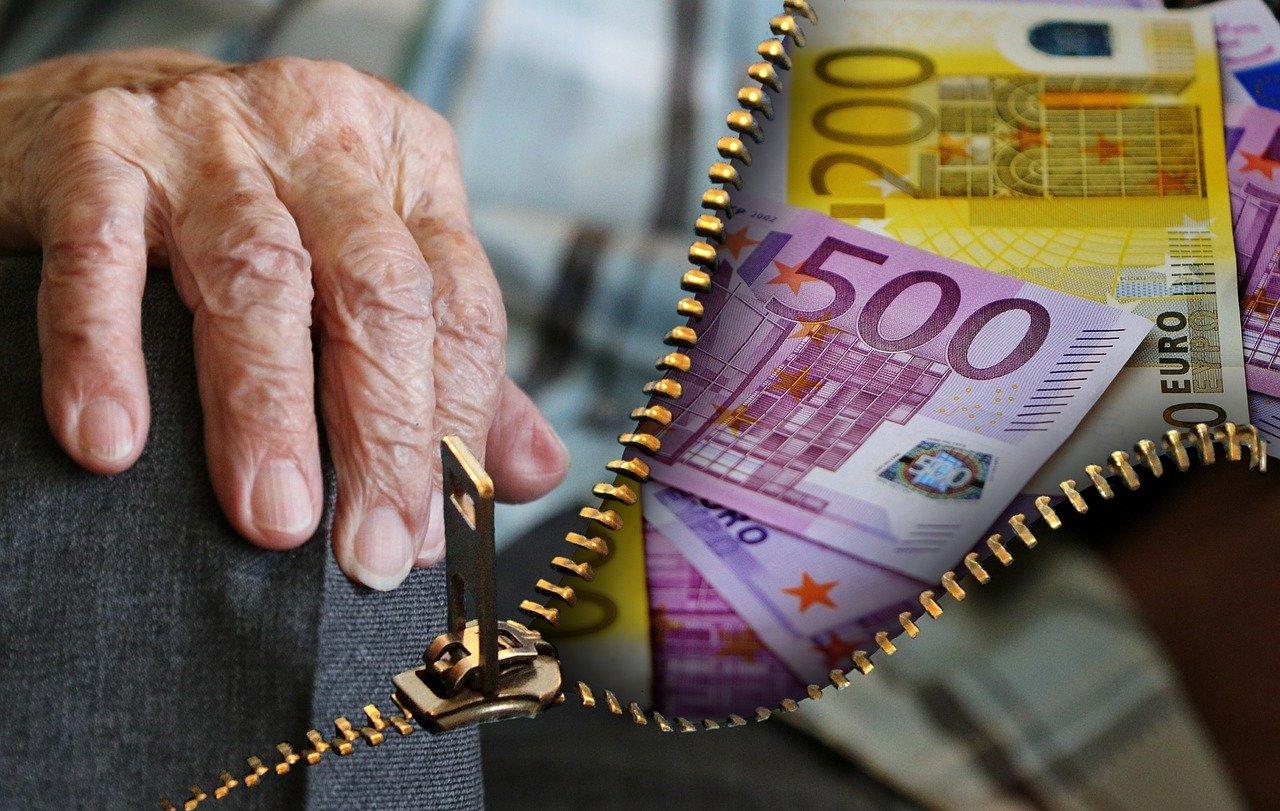 billetes y mano de un viejo. Pensionados