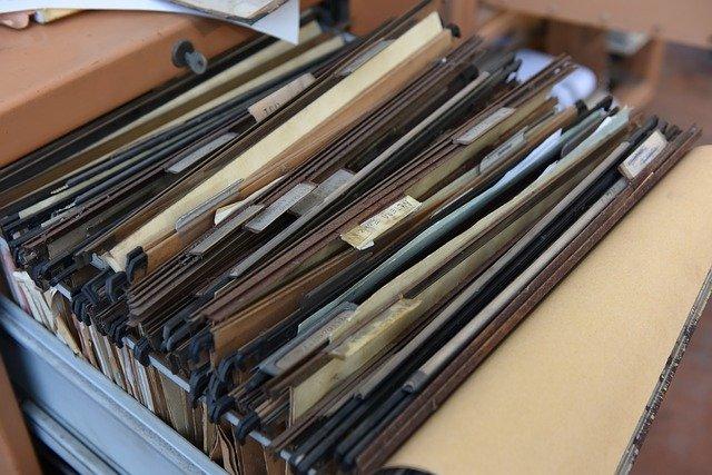 documentos en una caja archivados. Solicitar copias certificadas