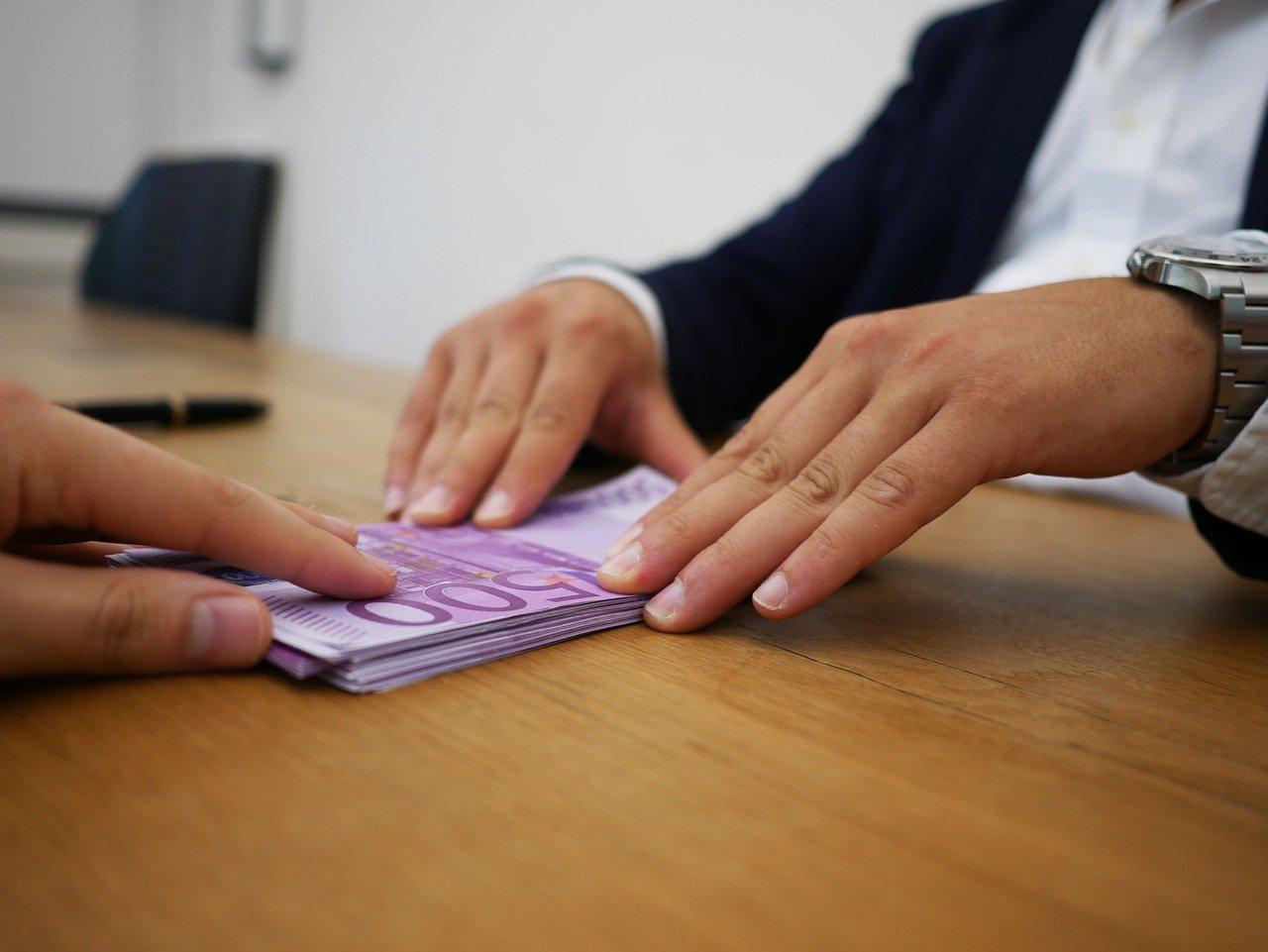 entregando dinero mediante prestamo o contrato de mutuo