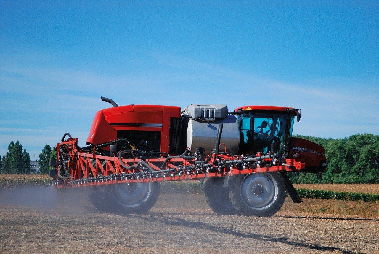 Tractor regando glifosato. Prohibición de glifosato en México