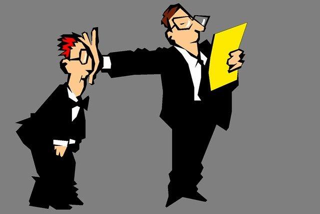 jefe retirando a un empleado. Acoso laboral y obbing