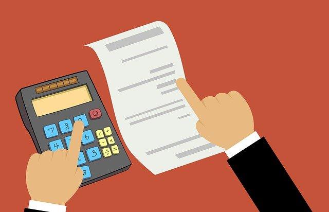 calculadora y lista de impuestos. Derecho y contabilidad